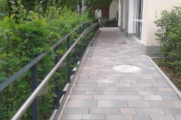 Gruenflaechen-anlegen-Rose-Gartenlandschaftsbau-Pflegeheim-Kamen